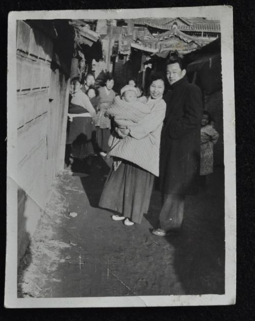 숭인동 골목길1957 아이를 업은 아낙네들의 마실
