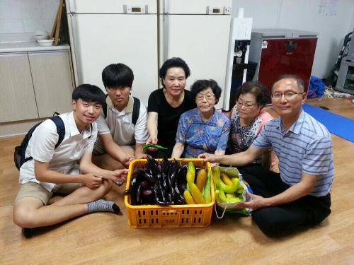[교남동에 위치한 대신고등학교의 원예동아리 학생들과 선생님은 직접 키운 채소와 야채들을 수확해 지역의 경로당 어르신들에게 나누어 드렸습니다.(20160627)]